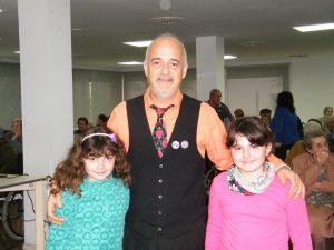 20 El mag Juanmix amb les seves filles Noa i Marta