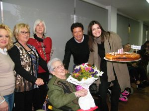 La directora Irene Codina fent felicitant a Catalina Martínez que compli 100 anys 18-03-2015 041