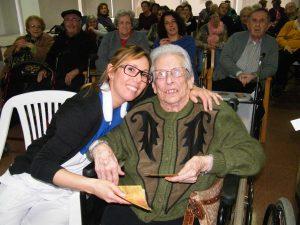 La nova centenaria Catalina Martínez i Malen fent entrega de la felicitació
