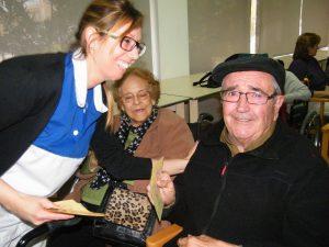 Malen Crespí entregant les postals de felicitació