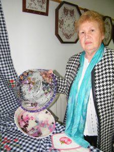 Margalida Galmés alumna de pintura damunt vidre