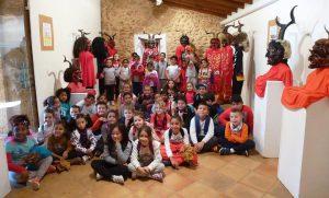 Nins i nines del Col·legi Ses Comes de Porto Cristo amb els Dimonis de Jaume Blai