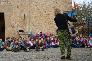Nins i nines del CEIP Sant Miquel de Son Carrió escoltant un conte de Nadal