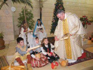 Rector Fra Pere Vallespir entregant obsequi nins Betlem Vivent Fotos Matines sa Coma 24-12-2015 048